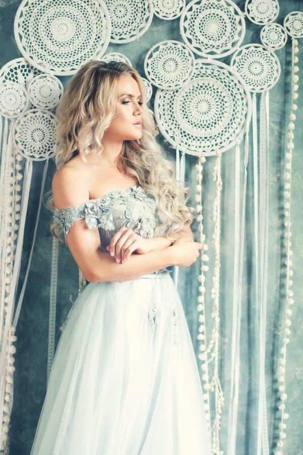 Романтичный портрет красивой женщины со светлыми волосами нося платье Тюль стоковое фото rf