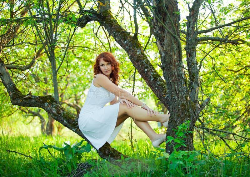 Романтичный сад молодой женщины весной среди цветения яблока стоковое фото