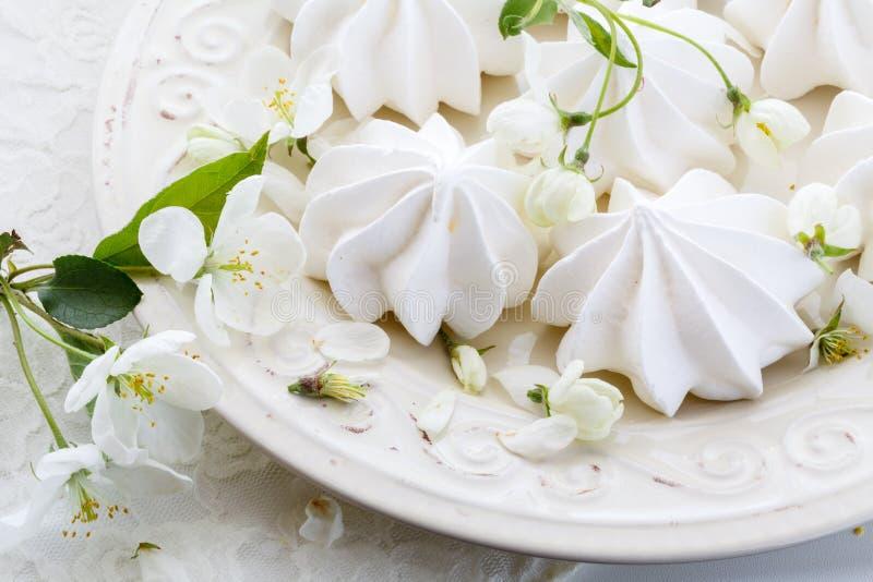 Романтичный состав с чашкой чая, zephyr и яблоком цветет стоковое фото rf
