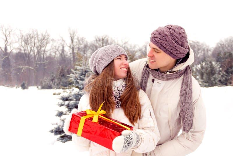 романтичный сярприз Подарочная коробка людей/подарков мальчика для женщин/девушки внутри стоковое изображение rf