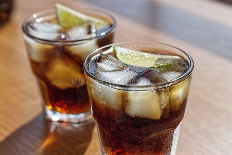 Ром, кола, Куба Libre, алкоголь, лед, ром, стекло, коктейль, освежение, известка, Куба стоковое фото