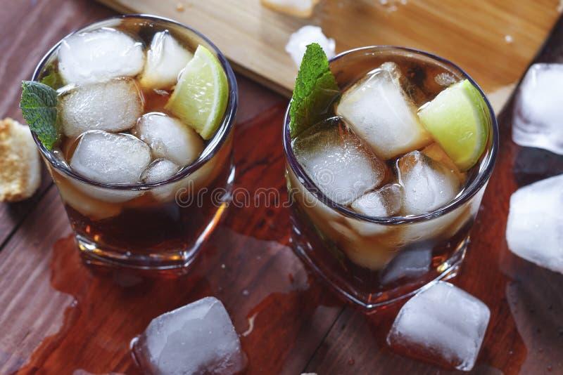Ром, лед, партия, известка, спирт, питье, напиток, лед, ром, стекло стоковые фотографии rf