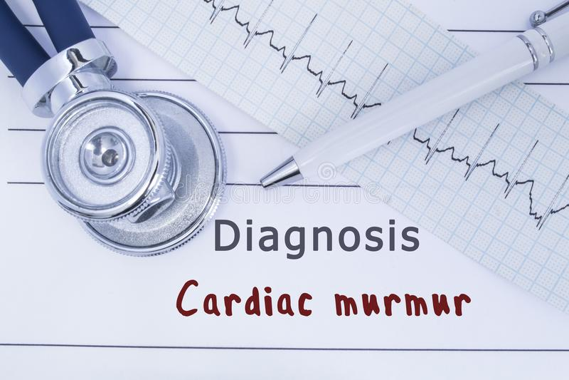 Ропот диагноза сердечный Стетоскоп или phonendoscope вместе с типом лож ECG на истории болезни с диагнозом Cardi названия стоковое изображение