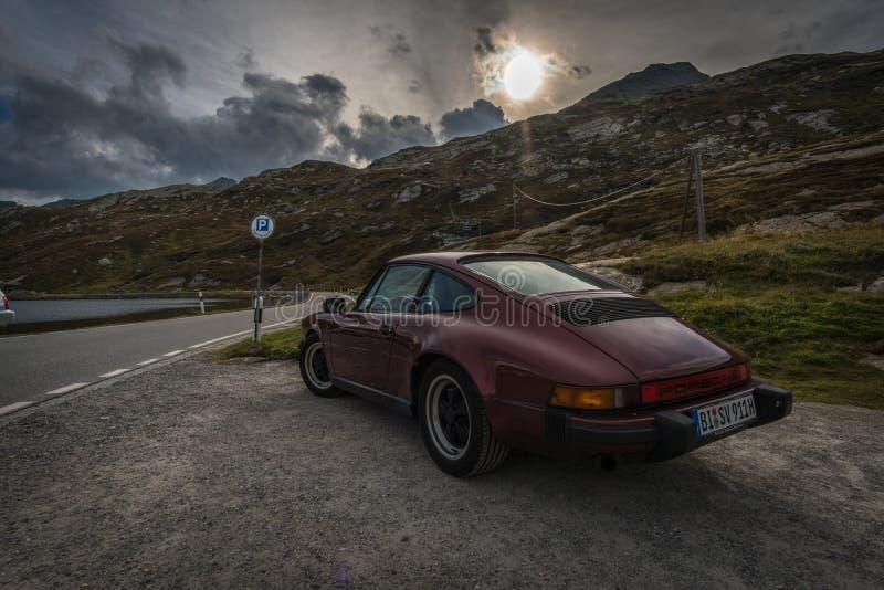 Роскошная автостоянка автомобиля в улице в горах стоковые изображения rf