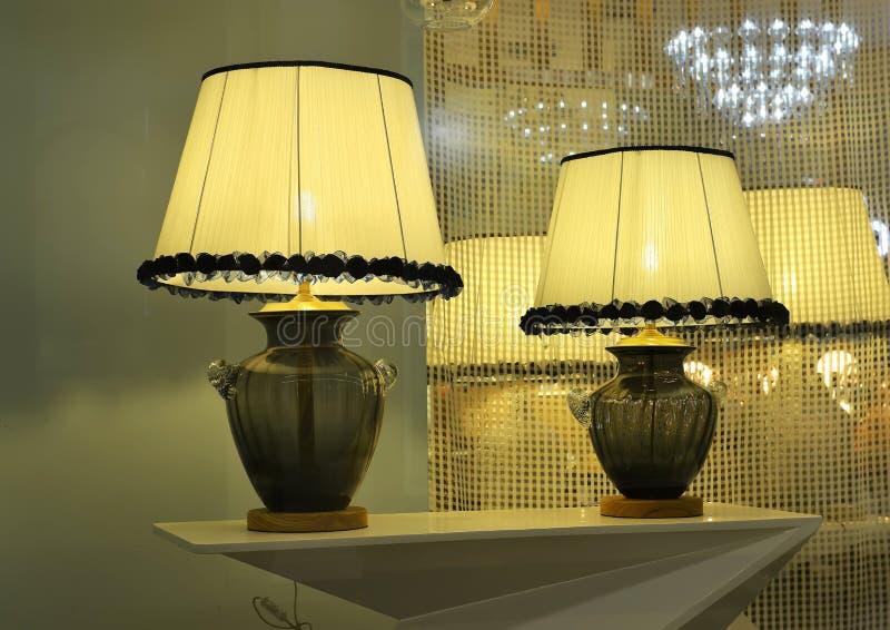 Роскошная лампа стола в окне магазина освещения, освещении искусства, свете искусства, лампа искусства, стоковое изображение