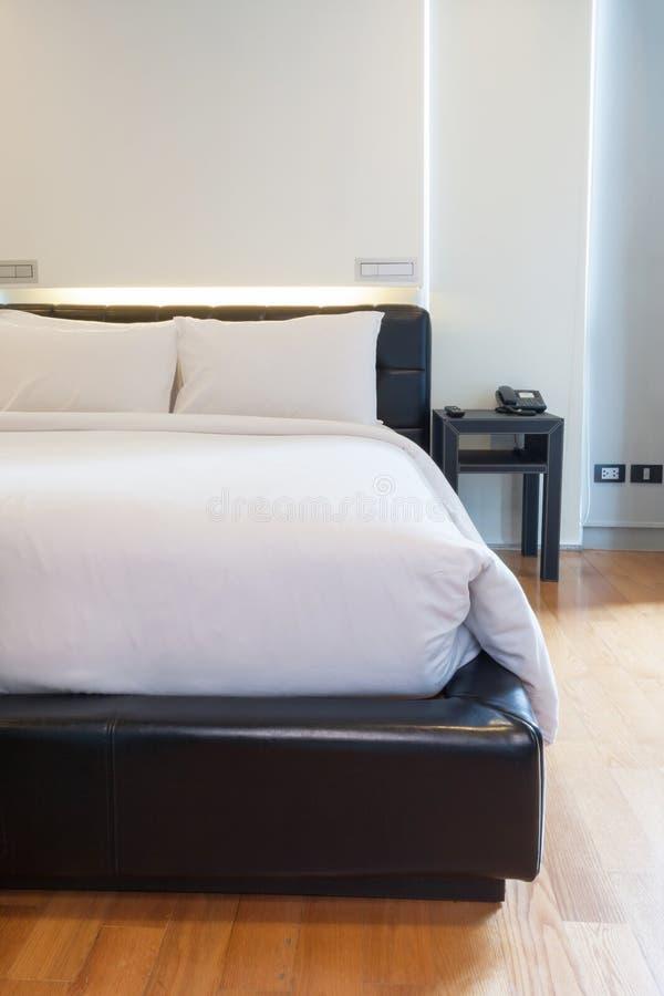 Download Роскошная белая спальня стоковое изображение. изображение насчитывающей шик - 33739503
