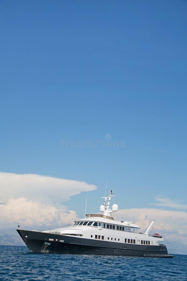 Роскошная большая супер или мега яхта мотора в голубом море стоковые фото