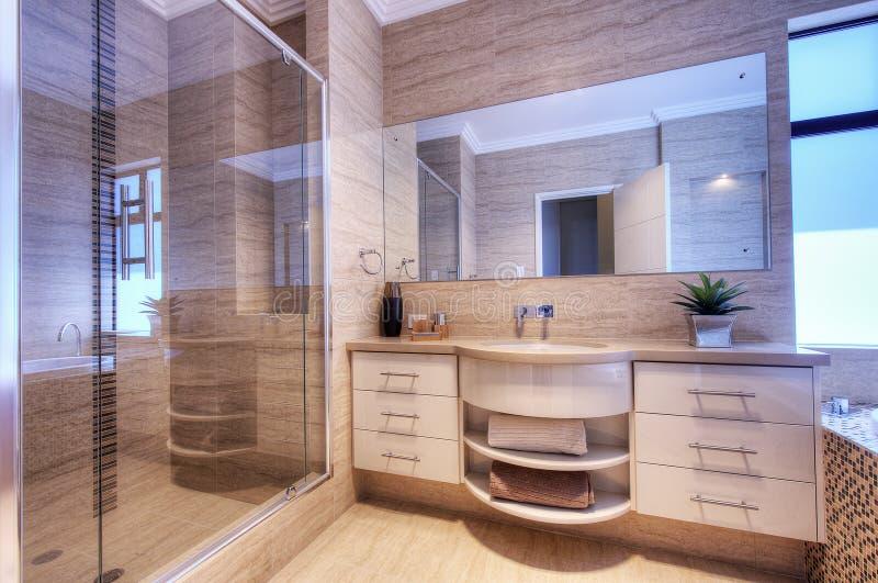 Роскошная ванная комната в самомоднейшем доме стоковые фото