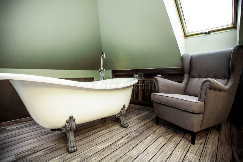 Роскошная ванная комната в чердаке стоковые фотографии rf
