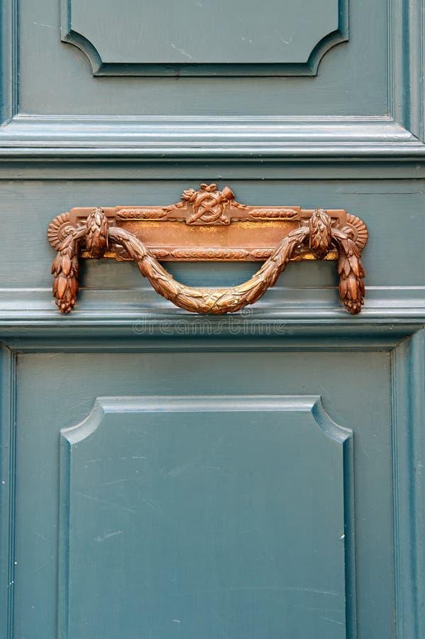 Роскошная винтажная ручка двери на бирюзе покрасила дверь i стоковые изображения