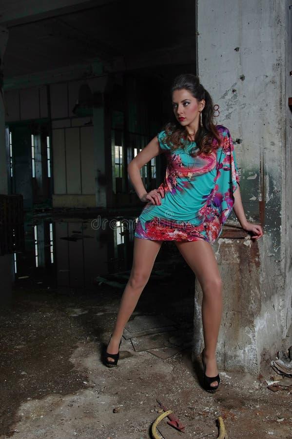 Роскошная женщина на покинутой фабрике стоковые фото