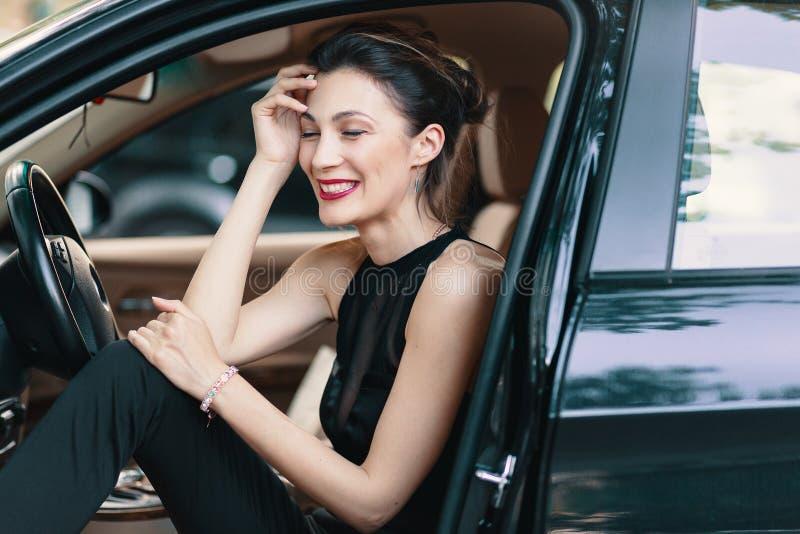 Роскошная женщина смеется стоковая фотография