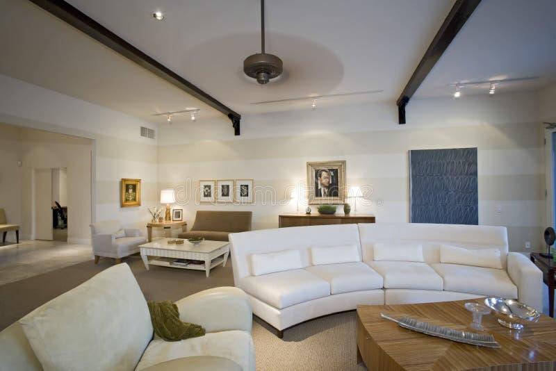 Роскошная живущая комната в доме стоковое фото rf