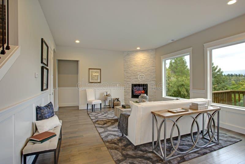 Роскошная живущая комната отличает камином краеугольного камня стоковое изображение rf