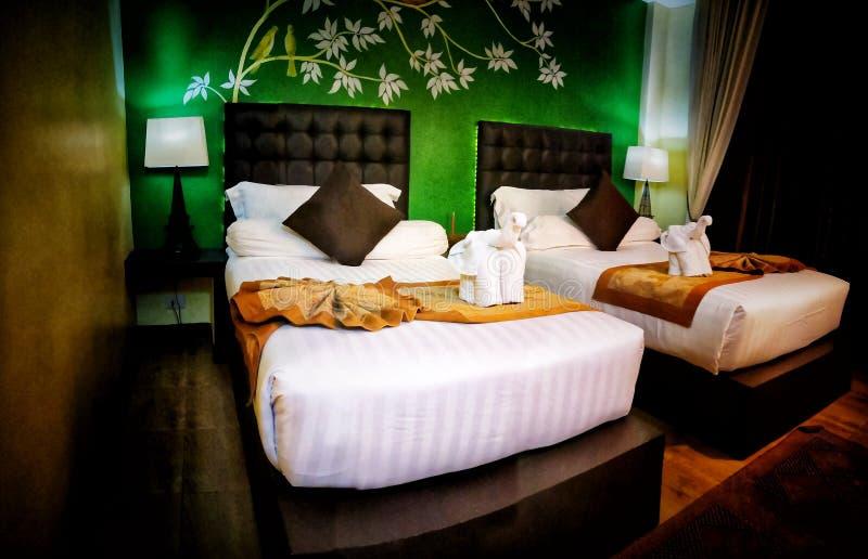 Роскошная комната с двойными кроватями с красочным и восточным украшением искусства стоковые фото