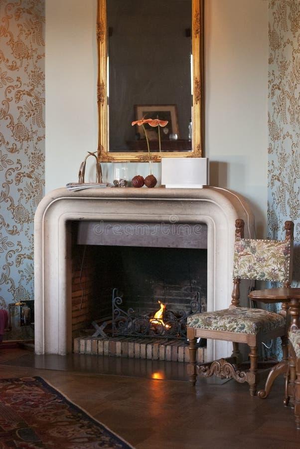 Роскошная комната с камином стоковые изображения rf