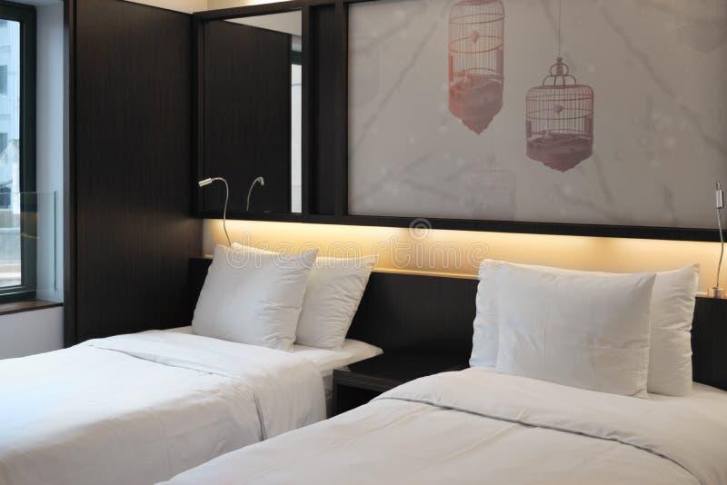 Роскошная комната с 2 кроватями в современной гостинице стоковое фото rf