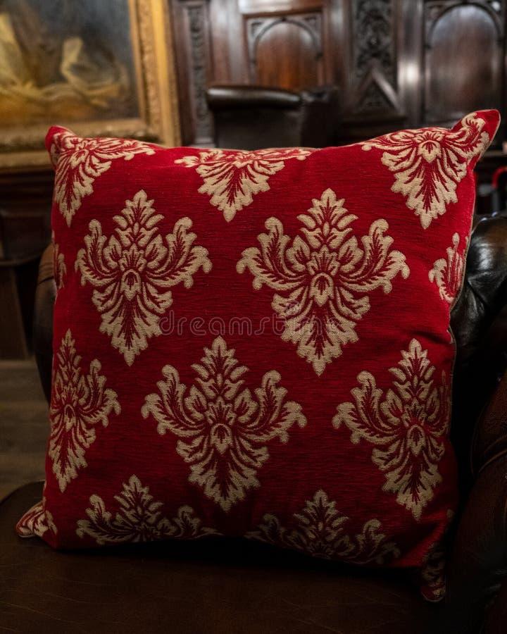 Роскошная красная подушка в особняке старой школы стоковое изображение rf