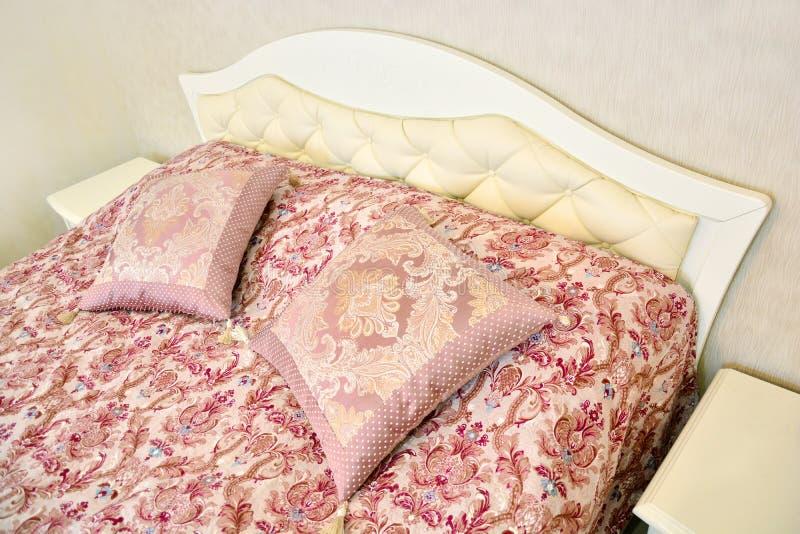 Роскошная кровать с подушками стоковые изображения