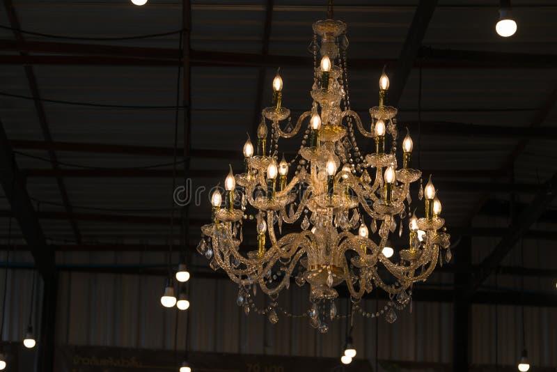 Роскошная люстра в электрических лампочках вися от стиля потолка ретро стоковые изображения rf