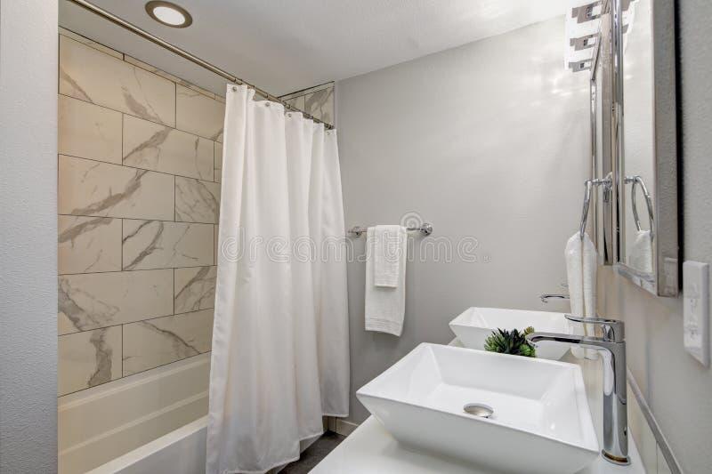 Роскошная мастерская ванна с мраморной плиткой стоковые изображения rf