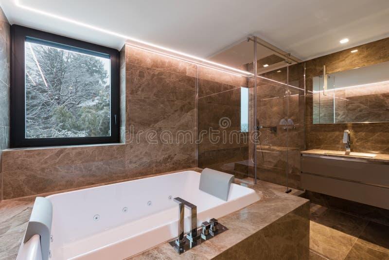 Роскошная мраморная ванная комната с гидромассажным стоковое фото