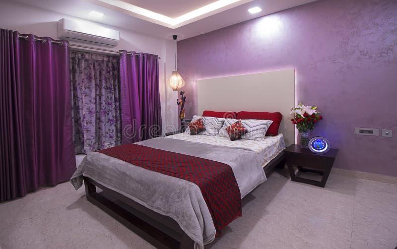Роскошная самомоднейшая спальня стоковая фотография rf