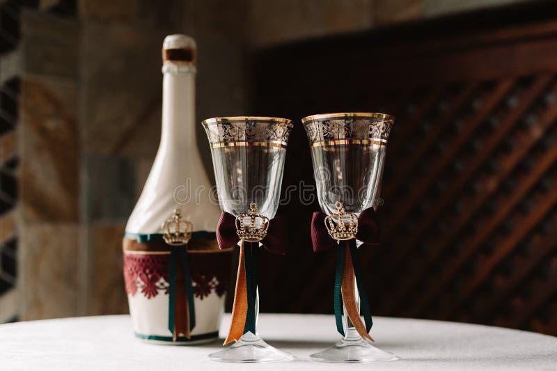 Роскошная свадьба украсила бутылку и стекла шампанского в королевском стиле стоковое фото rf