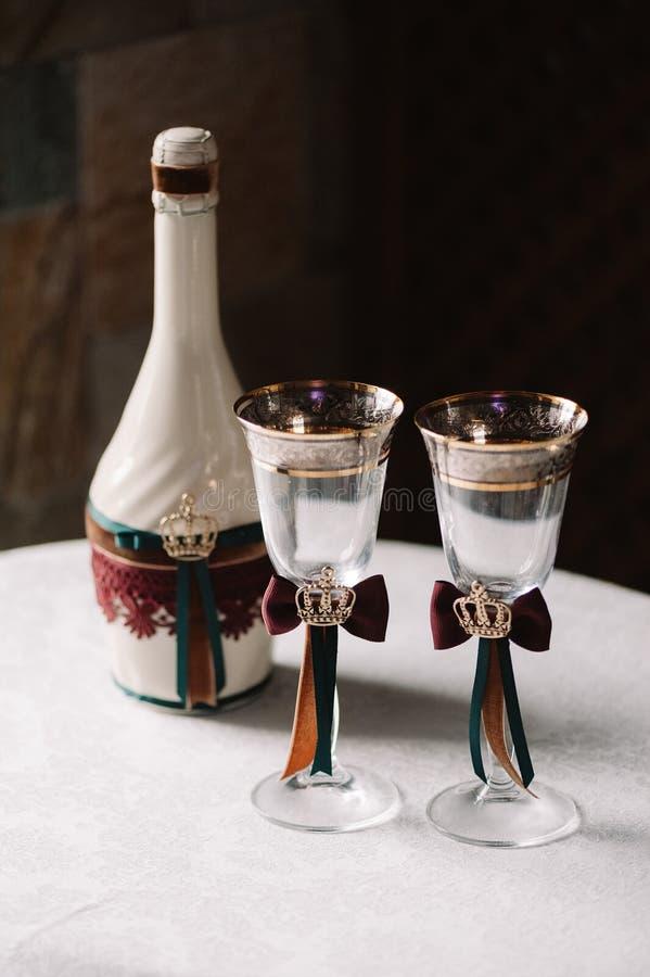 Роскошная свадьба украсила бутылку шампанского и стекел в королевском стиле стоковое изображение
