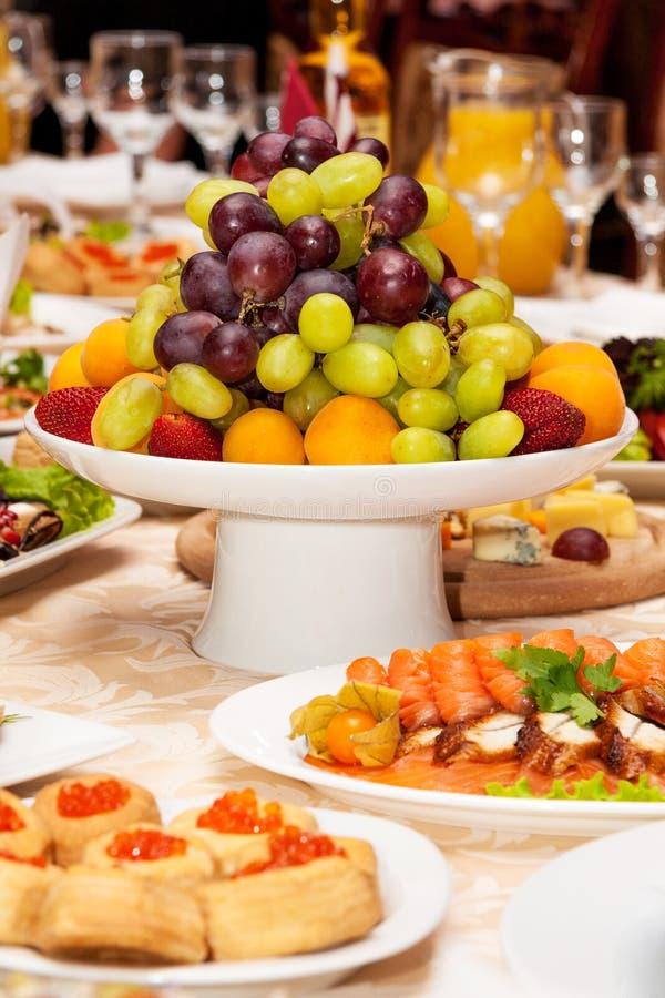 Роскошная сервировка стола на свадьба или праздник стоковая фотография rf