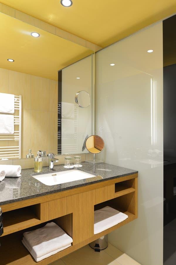 Роскошная современная ванная комната стоковая фотография rf