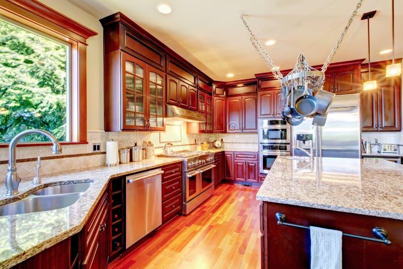 Роскошная современная комната кухни с комбинацией хранения mahogany стоковая фотография