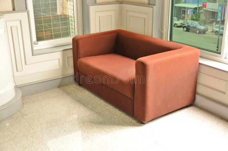 Роскошная софа в белой комнате стоковое изображение rf