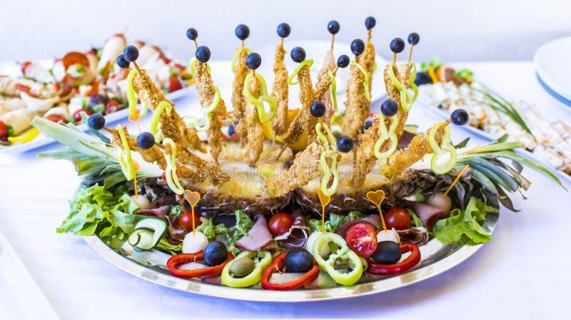 Роскошная украшенная поставляя еду таблица банкета с различной едой s стоковые изображения
