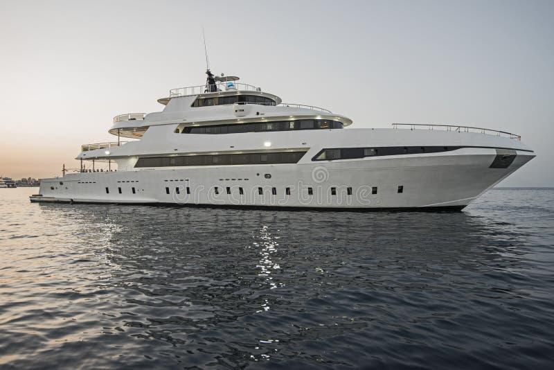 Роскошная частная яхта мотора плавая на море стоковое фото
