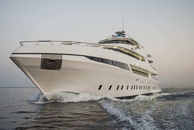 Роскошная частная яхта мотора плавая на море стоковые изображения rf