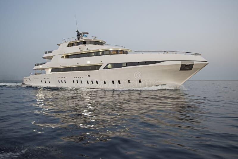 Роскошная частная яхта мотора плавая на море стоковое изображение rf