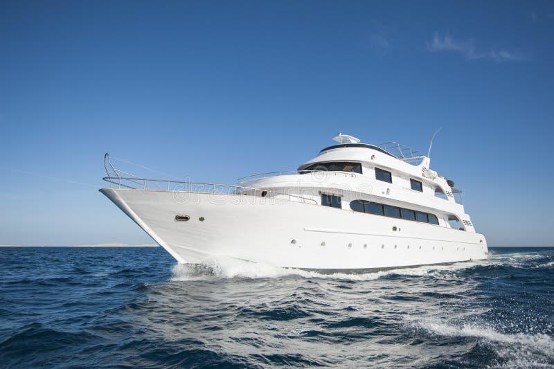 Роскошная частная яхта мотора плавая на море стоковое фото rf