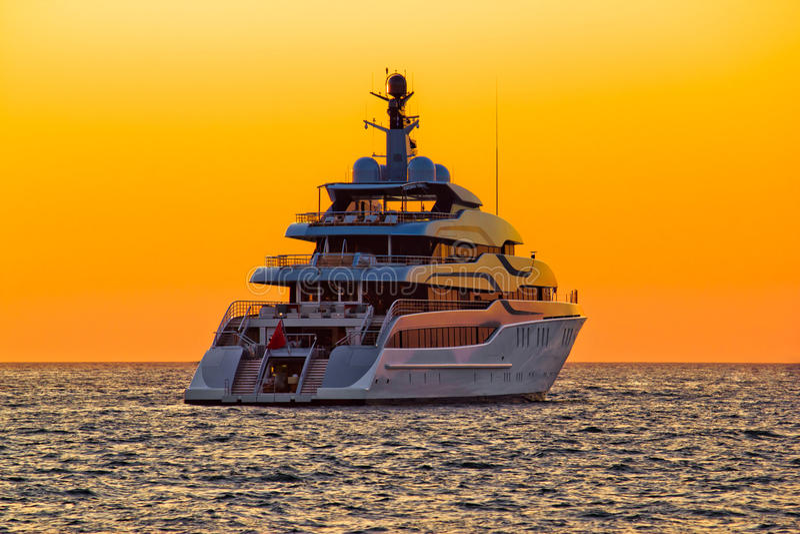 Роскошная яхта на открытом море на заходе солнца стоковые изображения rf