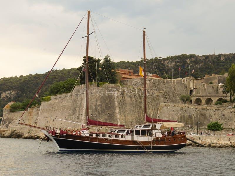 Роскошная яхта около Villefranche-sur-Mer, Cote d'Azur, французской ривьеры стоковая фотография