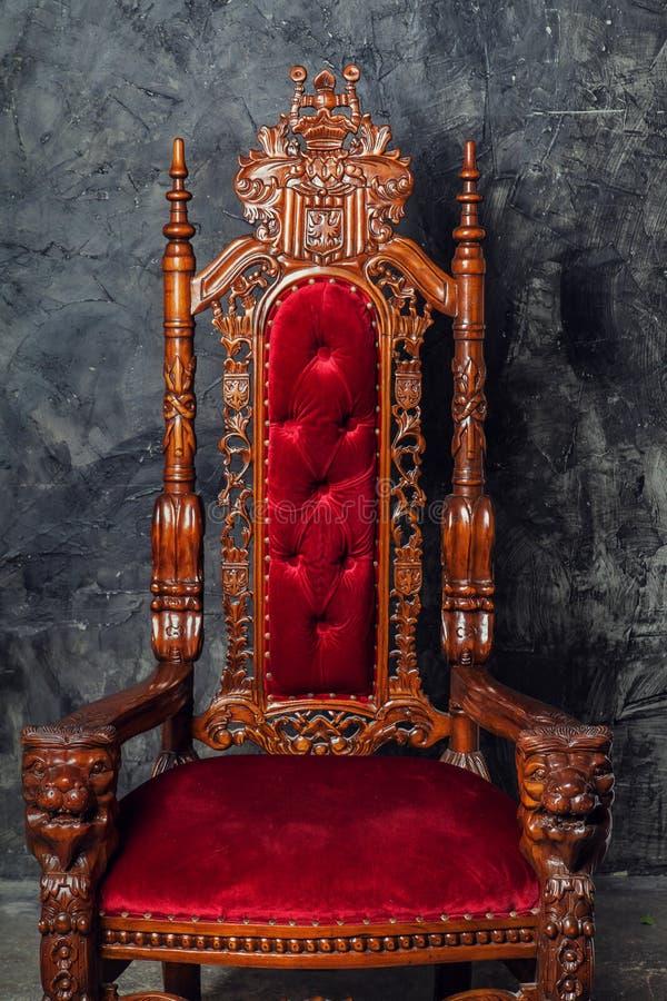 Роскошное античное кресло с готическим орнаментом стоковые изображения rf