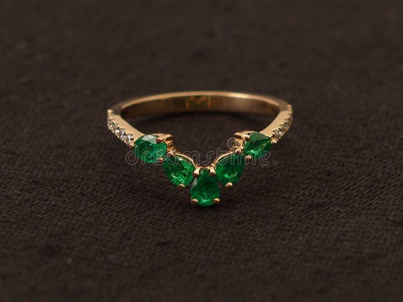 Роскошное изумрудное кольцо стоковое изображение