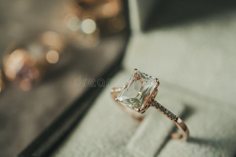 Роскошное кольцо с бриллиантом в стиле шкатулки для драгоценностей винтажном стоковые изображения rf