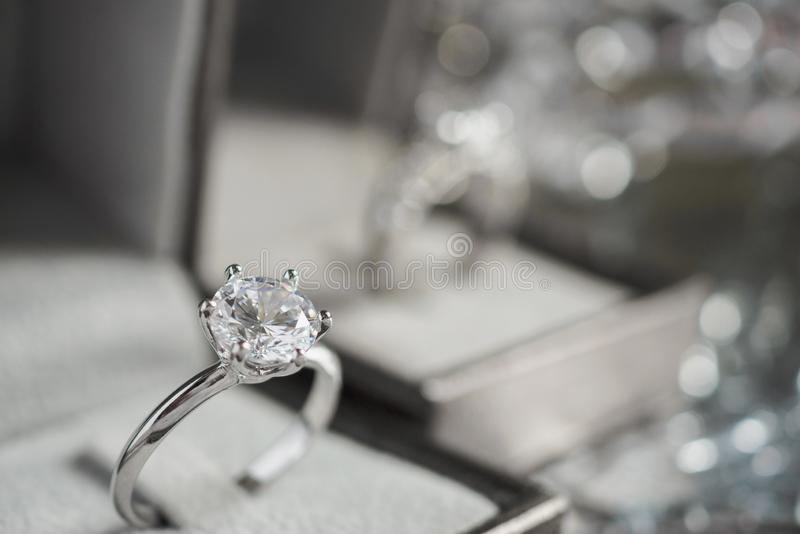 Роскошное кольцо с бриллиантом захвата в подарочной коробке ювелирных изделий с bokeh стоковая фотография rf