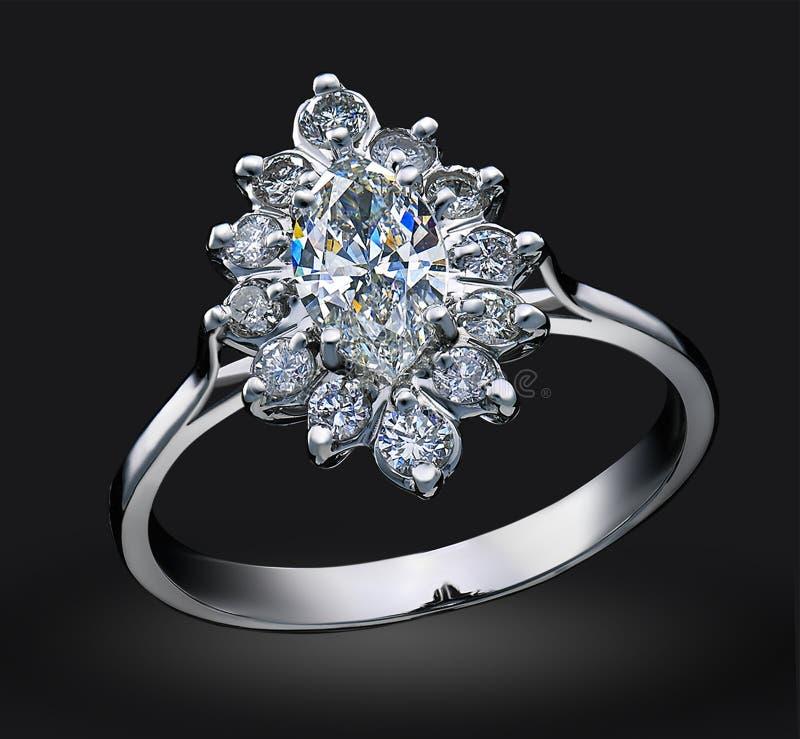 Роскошное кольцо с бриллиантом изолированное на черной предпосылке стоковое фото rf