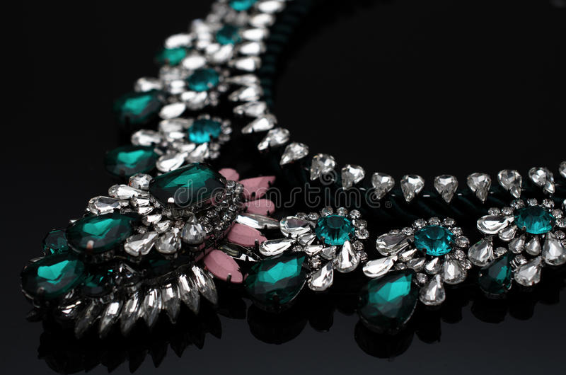 Роскошное ожерелье моды на черной предпосылке стоковое фото