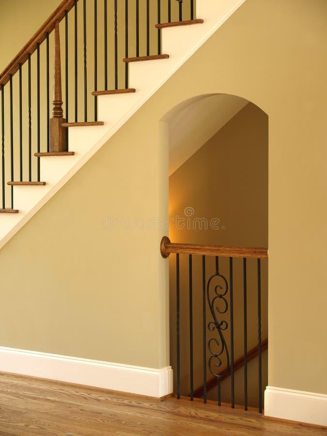 Роскошное отверстие лестницы и Lit модельного дома стоковое фото
