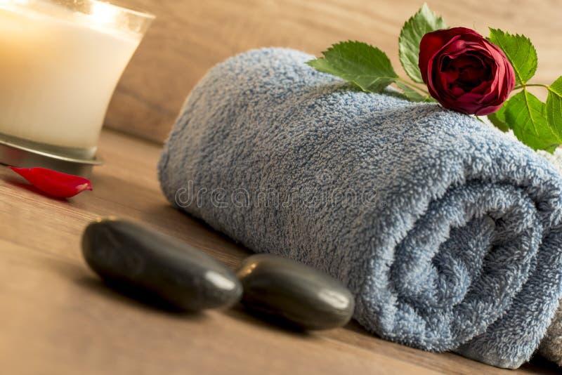 Роскошное расположение с свернутым голубым полотенцем, красный ros здоровья стоковое фото