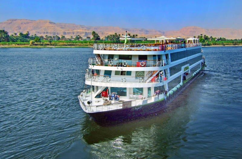 Роскошное туристическое судно плавая вниз с реки Нила стоковые фотографии rf