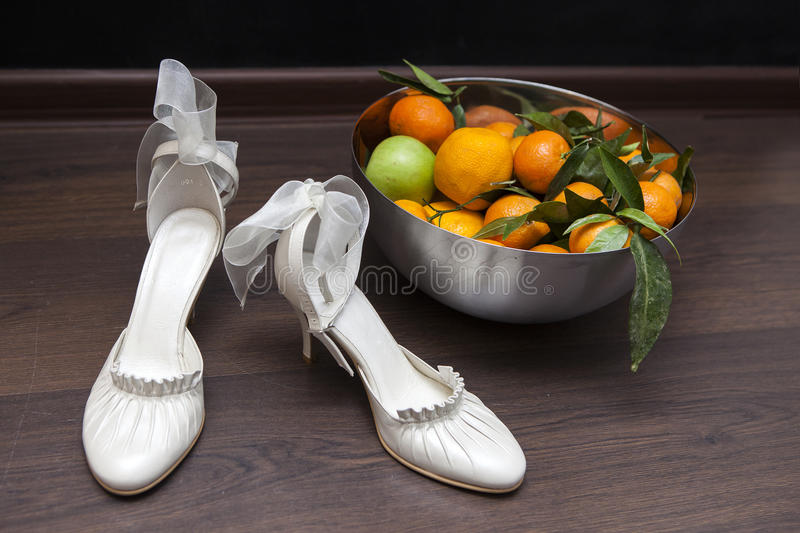 Роскошные аксессуары цвета слоновой кости свадьбы для невесты стоковое фото